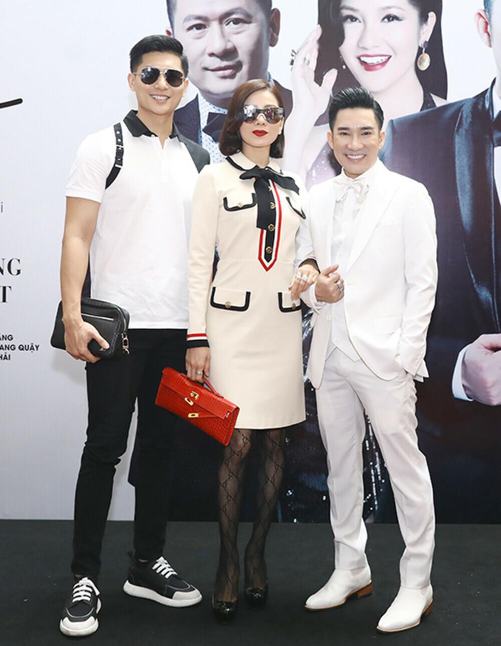 Lệ Quyên và tình trẻ Lâm Bảo Châu mặc đồ đồng điệu, tháp tùng nhau đi sự kiện tình tứ