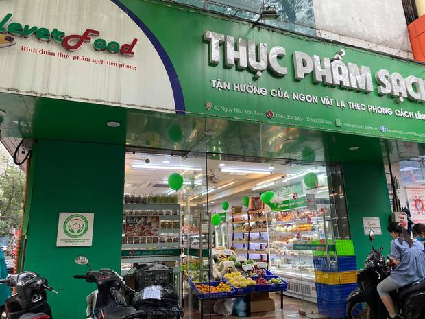 Hà Nội: Khách hàng kinh hãi khi phát hiện giòi bò lúc nhúc trong khúc cá kho mua ở cửa hàng thực phẩm sạch