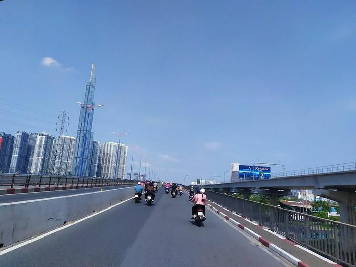 Đường phố vắng, người dân TP.HCM thăm Dinh Độc lập ngày 30-4