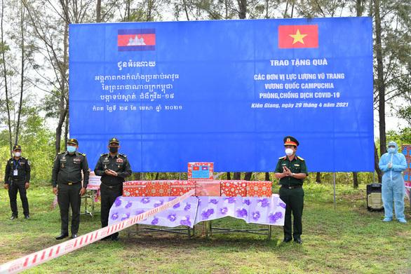 Kiên Giang trao quà cho lực lượng vũ trang Campuchia phòng chống dịch COVID-19