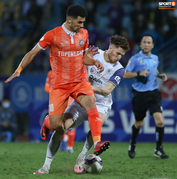 Cựu cầu thủ U16 Barca nằm sân câu giờ, bị HLV Bình Định mắng không hiểu gì về bóng đá Việt Nam