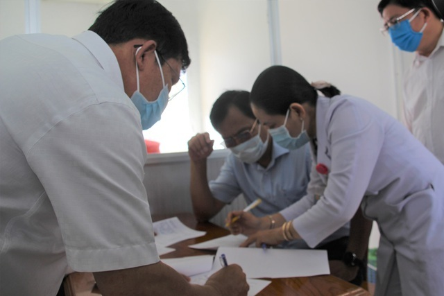 Hàng chục người có phản ứng nhẹ sau khi tiêm vắc xin phòng dịch Covid-19