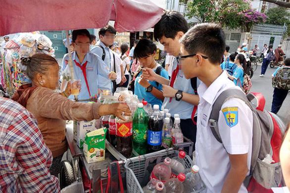 Trẻ xây xẩm, té xỉu khi ăn uống, ngửi mùi đồ chơi mua ở cổng trường