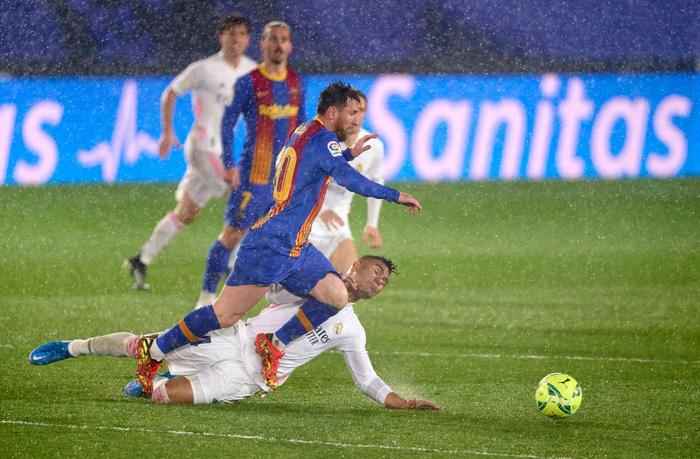 Tuyệt phẩm đánh gót giúp Real Madrid hạ Barcelona ở Siêu kinh điển, chiếm luôn ngôi đầu La Liga