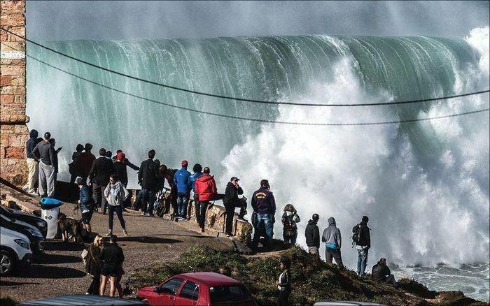 """Sóng """"quái vật"""" thách thức những kẻ bạo gan ở bờ biển Bồ Đào Nha"""