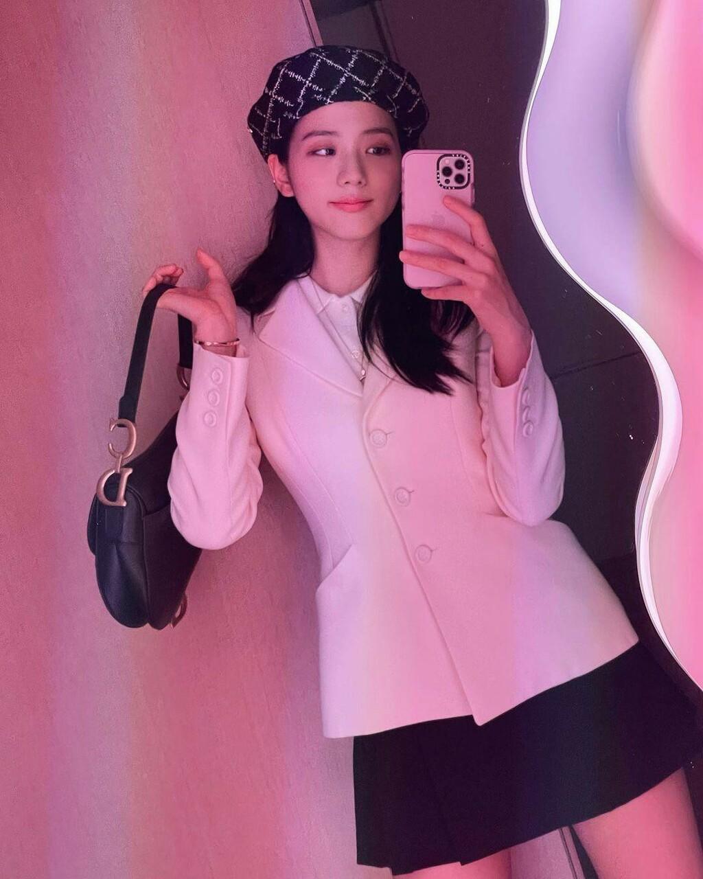 """Jisoo (BLACKPINK) đăng ảnh selfie, mặc đồ đơn giản nhưng đúng chuẩn """"đại sứ thương hiệu"""""""