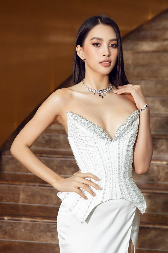 Hoa hậu Tiểu Vy xuất hiện trên thảm đỏ Miss World Vietnam 2021 khiến nhiều người mê mẩn