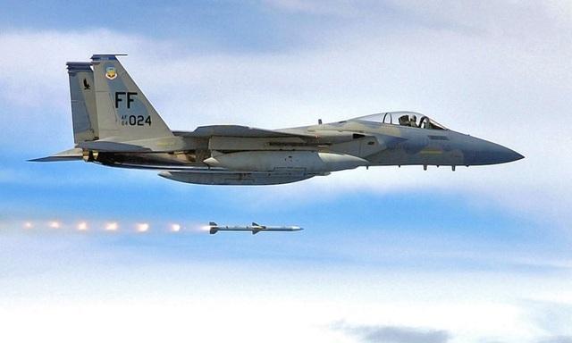 """""""Đại bàng bất bại"""" F-15 của Mỹ nã tên lửa hạ gục mục tiêu xa kỷ lục"""
