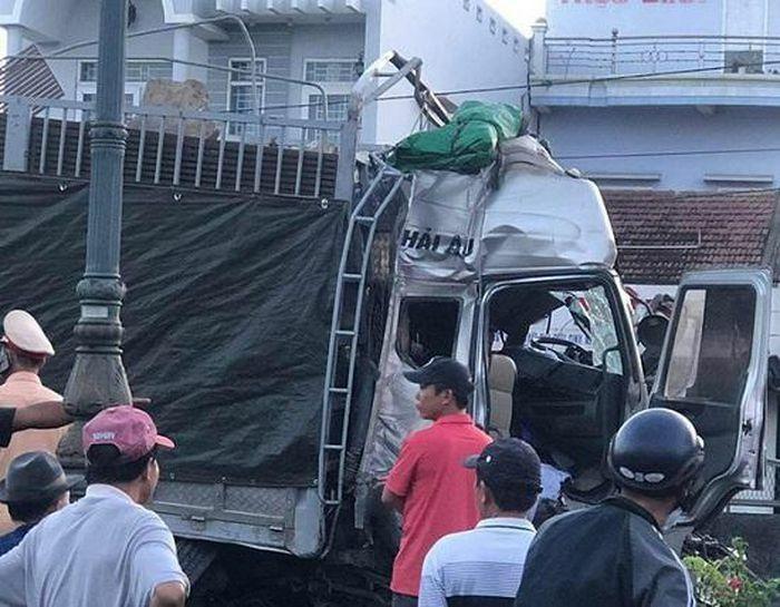 Xe tải đâm liên hoàn 5 xe khi đang dừng đèn đỏ ở Phú Yên