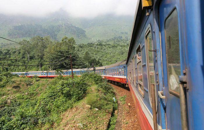 Nhiều đoàn tàu phải kéo dài giờ chạy do thi công đường sắt Bắc-Nam