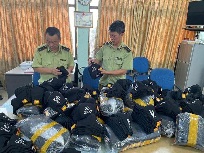Hà Nội: Thu giữ gần 2.000 khẩu trang giả mạo nhãn hiệu Gucci, Puma