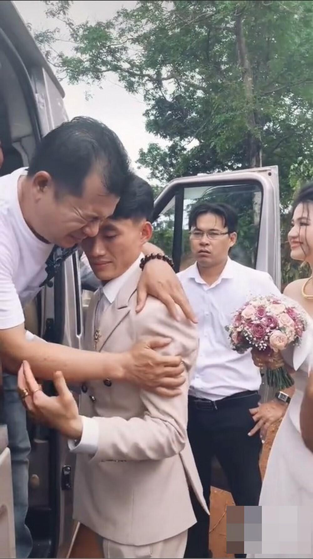 Tiễn gia đình nhà gái về sau đám cưới, chú rể ôm bố vợ khóc nức nở khiến dân mạng thích thú