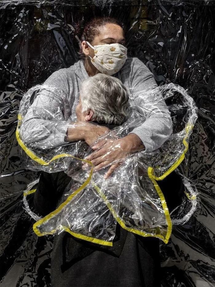 Khoảnh khắc của cái ôm thời COVID giành giải Ảnh báo chí Thế giới của năm