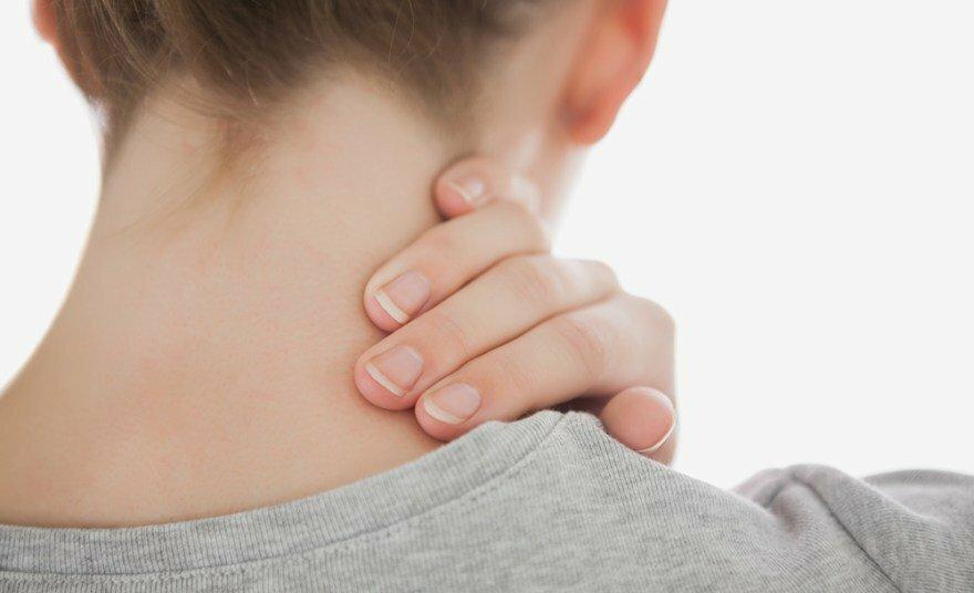Cô gái 23 tuổi liệt nửa người vì thói quen bẻ cổ kêu răng rắc
