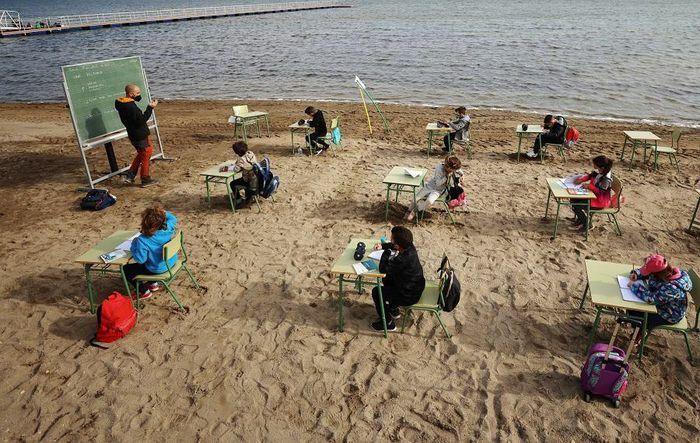 Độc đáo lớp học trên bãi biển ở Tây Ban Nha