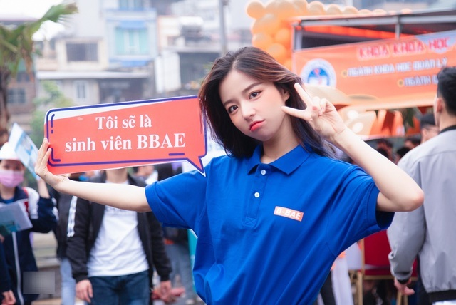 Hot girl ĐH Kinh tế quốc dân thành tâm điểm ở ngày hội tuyển sinh
