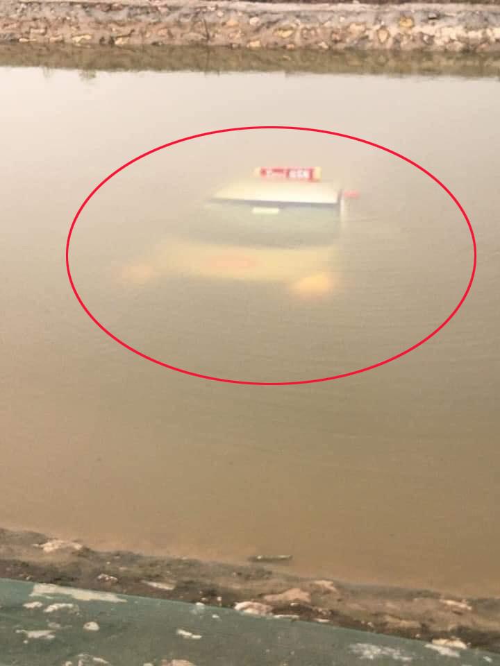Đang ngồi câu cá thì phát hiện 'vật thể lạ' dưới lòng sông nổi lên, tưởng tàu ngầm hóa ra là… taxi