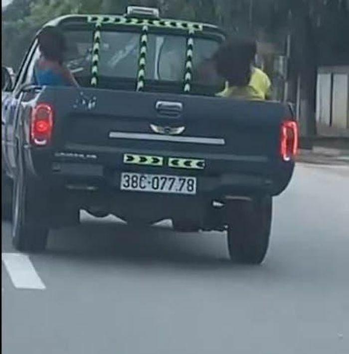 Hà Tĩnh: Đã tìm ra tài xế lái xe bán tải chở 3 cháu bé ngồi sau thùng xe