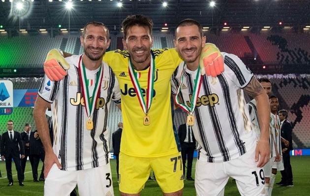 """XONG! """"Công thần 16 năm"""" nói rõ tương lai tại Juventus"""