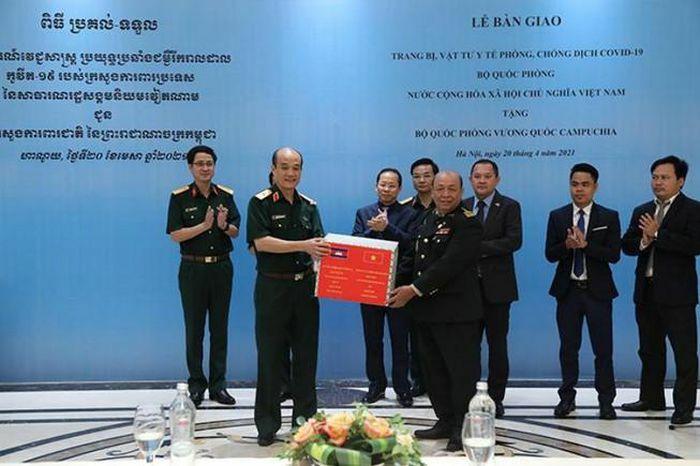 Việt Nam hỗ trợ trang thiết bị phòng, chống dịch cho Campuchia