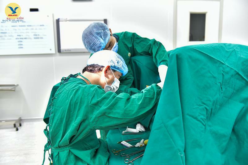Thiếu nữ bất ngờ phải phẫu thuật vì thói quen nhiều người mắc phải