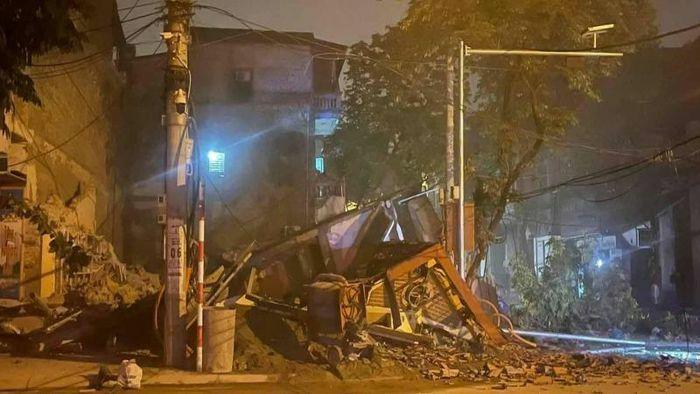 Căn nhà 3 tầng đổ sập trong đêm