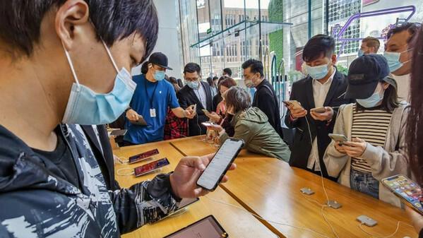 Dân tình sốt sắng trước tin đại lý ồ ạt xả iphone 12 mini giá chạm đáy