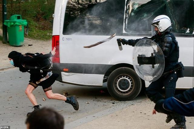 """Cảnh sát Bỉ """"dẹp"""" tụ tập mùa dịch, cô gái ngực trần ngã bất động"""