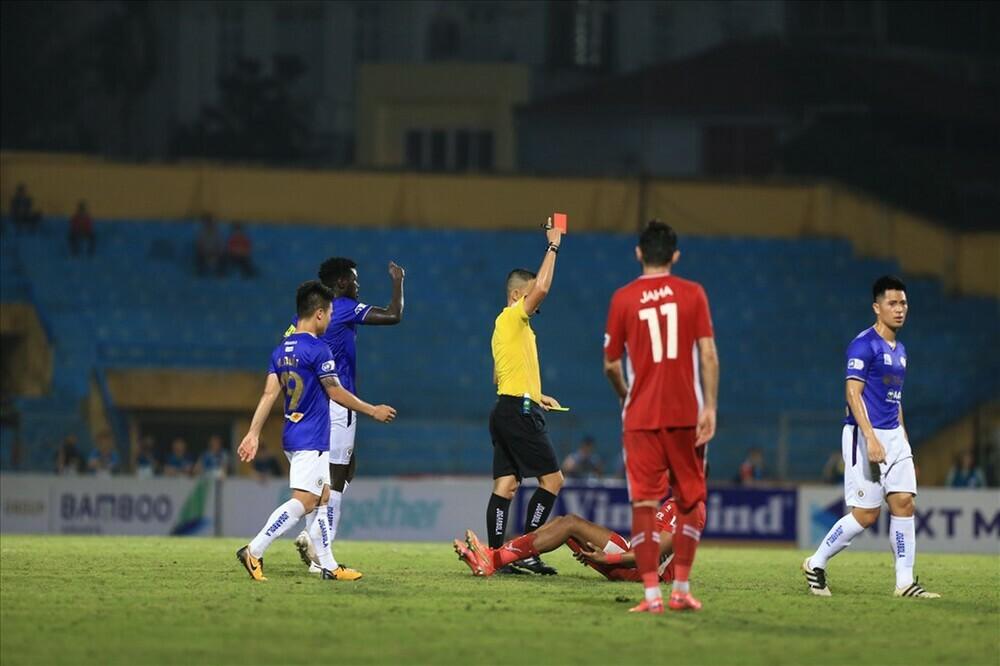 HLV Hà Nội FC: Trọng tài nặng tay khi đuổi Đức Huy