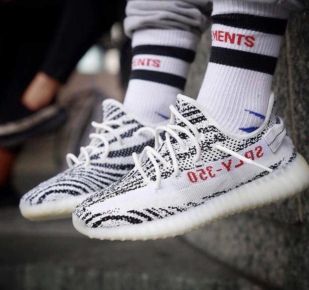 """Đôi giày bị chê như """"khúc xương thừa"""" của Kanye West bỗng được rao bán lại với giá gấp 4 lần?"""