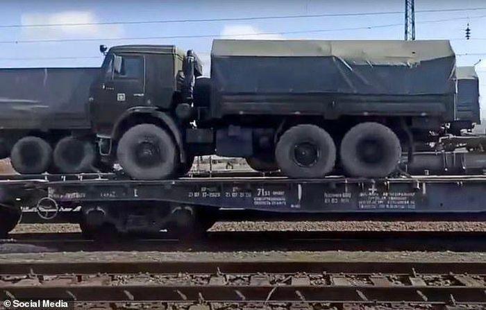 Nga gửi thông điệp gì khi đưa thêm khí tài tới biên giới Ukraine?