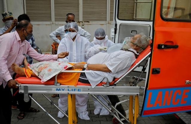 117 người chết mỗi giờ, bác sĩ rút ống thở người già, nhường ôxy người trẻ