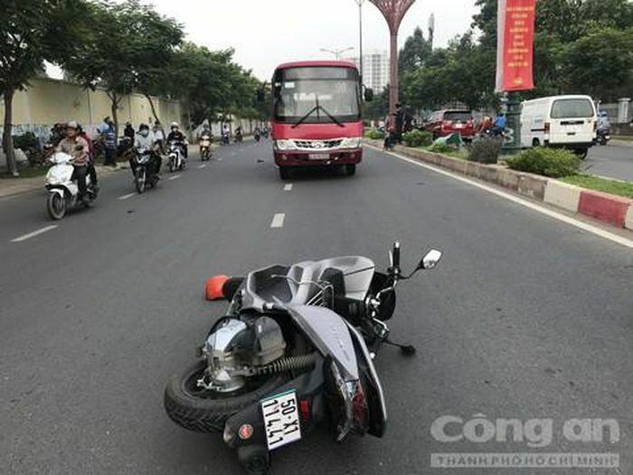 Xe buýt cuốn xe máy vào gầm ở Sài Gòn, người đàn ông tử vong tại chỗ