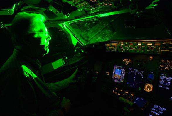 Nhiều vụ chiếu đèn lazer vào buồng lái máy bay khi cất, hạ cánh ở Tân Sơn Nhất