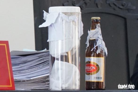 Vụ kiện chai bia còn 1/2 nước: Nên làm gì khi gặp sản phẩm lỗi?