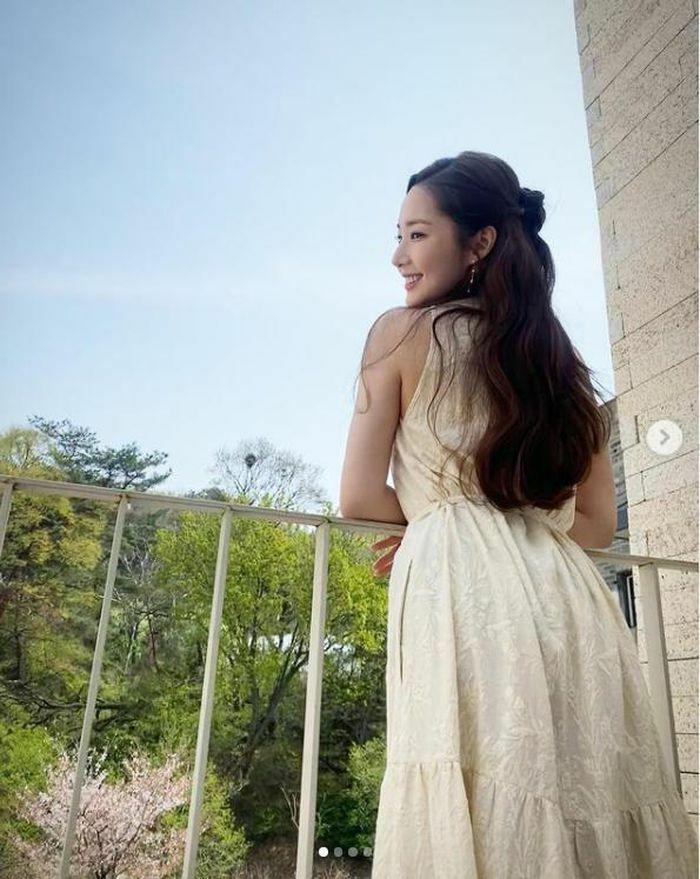 Park Min Young khoe ảnh trẻ trung như gái đôi mươi, động thái của Park Seo Joon sau đó khiến fan vỡ òa