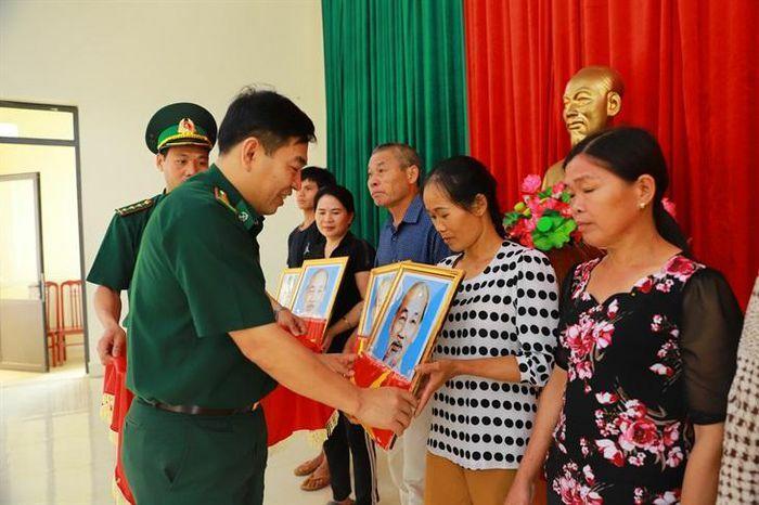 Trao tặng 1.000 cờ Tổ quốc và 400 ảnh Bác Hồ cho các hộ dân 2 xã biên giới huyện Bình Liêu