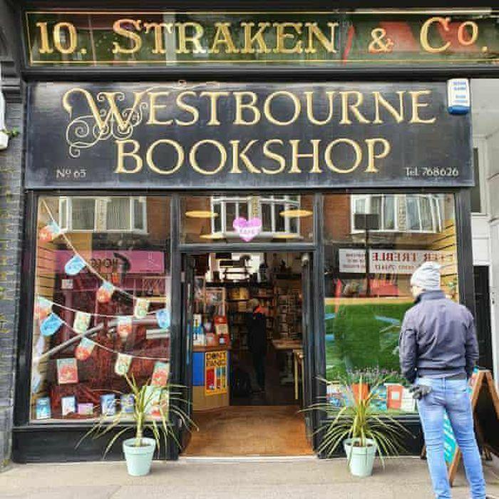 Doanh số bán sách tăng mạnh tại Anh