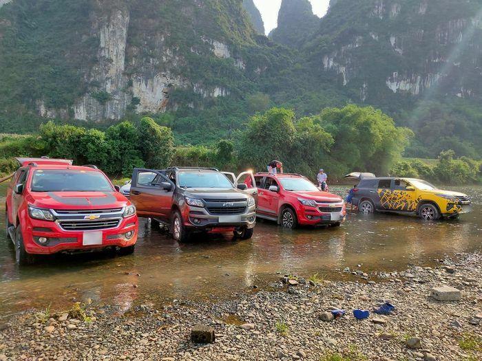 Xe bán tải dàn hàng dưới sông, rồ ga gần nơi trẻ vui chơi