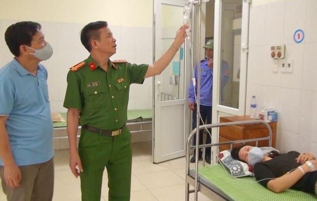 Nữ trung tá công an phải đi cấp cứu trong khi cấp căn cước công dân