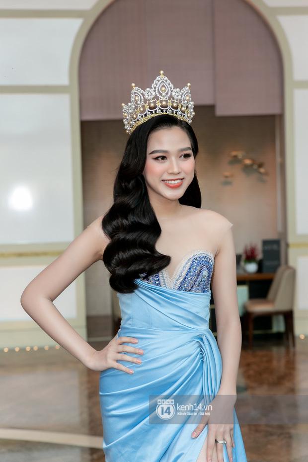 Ngày hôm nay, dường như Hoa hậu Đỗ Thị Hà có thù với makeup và trang phục