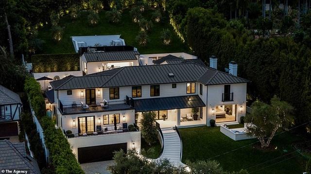 """Rihanna """"vung"""" hàng chục triệu USD mua 2 siêu biệt thự cạnh nhau"""
