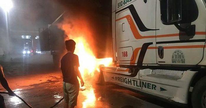 Quảng Nam: Xe đầu kéo nổ lốp xe bất ngờ bốc cháy