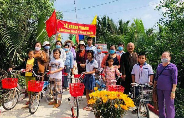 Khánh thành cầu Bình An, trao 5 xe đạp cho học sinh tại Long An