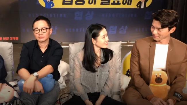 """Fan soi chi tiết Hyun Bin – Son Ye Jin liếc mắt đưa tình công khai đến nỗi đạo diễn ngồi cạnh chẳng khác nào """"kỳ đà cản mũi"""""""