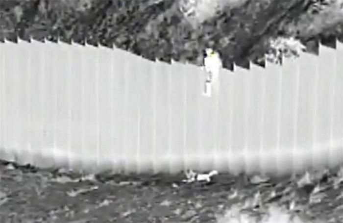 Hai bé gái bị thả từ bức tường cao 4m ngăn biên giới Mỹ-Mexico