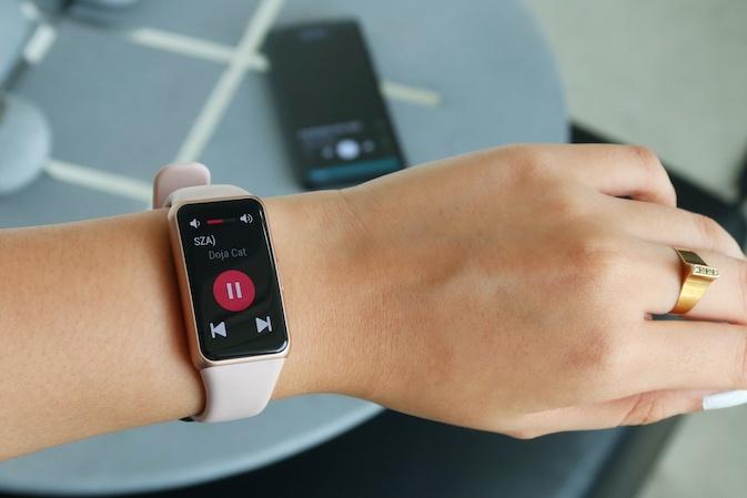 Khám phá vòng đeo tay thông minh giá mềm Huawei Band 6