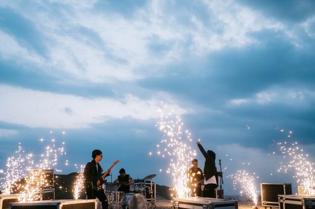 """Đem dàn nhạc giao hưởng ra giữa rừng núi, Em Đừng Khóc của Chillies nghe rất """"chill"""" nhưng netizen phát hiện điều sai sai"""