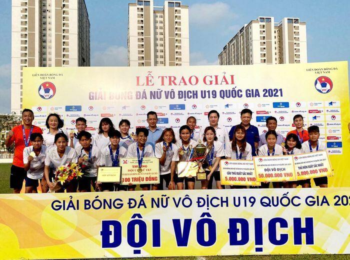 Đội bóng đá nữ U19 Than Khoáng sản Việt Nam nhận Cúp vô địch quốc gia