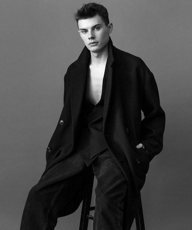 Lewis Freese – mẫu nam thích diện đồ hở eo